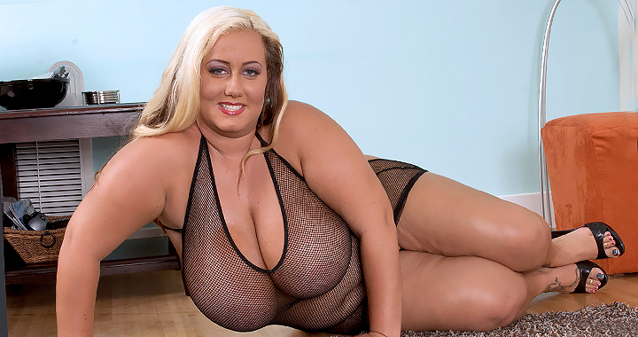Big boobs sweetheat Rose Valentina shows her sexy at XLGirls.Com